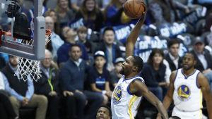 Kevin Durant dunkar.