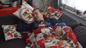 Kimmo Lonka i en soffa.