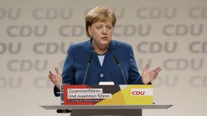 Angela Merkel efter sitt avskedstal som partiledare
