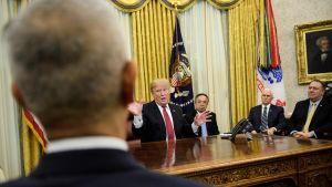 Donald Trump talar med förhandlingsdelegationerna inför deras möte på torsdagen 31.1.