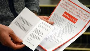 Ett paket med olika dokument som ska skickas ut till alla röstberättigade korsholmare inför den rådgivande folkomröstningen den 17 mars.