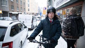Jussi Hauta-aho taluttaa pyörää
