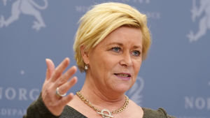 Den norska finansministern Siv Jensen håller presskonferans