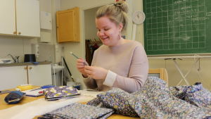 Hannele Fofonoff ompelemassa omaa kolttapukua.
