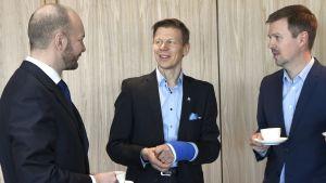 Idrottsminister Sampo Terho (tv) beställde utredningen som utfördes av Janne Leskinen (th). Olympiska kommitténs vd Mikko Salonen i mitten.