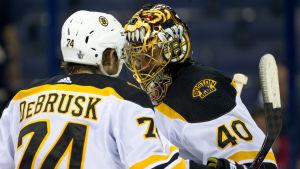 Tuukka Rask kramar om Jake DeBrusk
