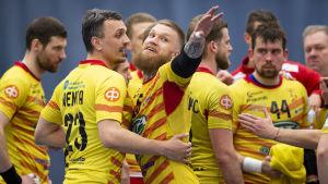 Teemu tamminen firar ett mål under den första handbollsfinalen våren 2019.