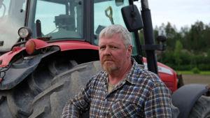Stefan Forsman står framför sin traktor.
