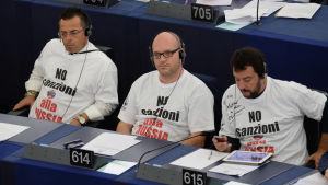 Legas ledamöter protesterar mot sanktioner mot Ryssland i Europaparlamentet år 2014. Partiledaren Matteo Salvini längst til höger.