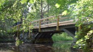 En bro som går över en å.
