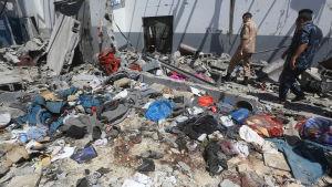 Blodiga kläder utströdda vid flyktingförvaret Tajoura i Tripoli efter att platsen bombades.