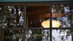 Ett sönderkrossat fönster.