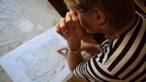 Ann-Marie Westerlund ser på en karta över vindkraftsparken.