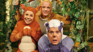 Kolme eläinpukuista hahmoa katsoo kameraan ja hymyilee.