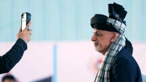 Den sittande presidenten Ashraf Ghani lät sig fotograferas i en vallokal i Kabul på lördagen.