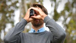 Oskar Osala mäter avståndet till ett hål.