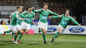 IFK Mariehamn-spelare firar ett mål i ligamatchen mot HJK.
