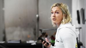Anni Vuohijoki med telefonen i handen.