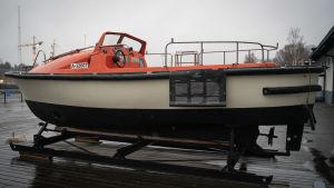man överbord-båt från Estonia, finns nu i Åbo på Forum Marinum