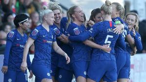 Chelsea Ladies jublar efter ett mål.