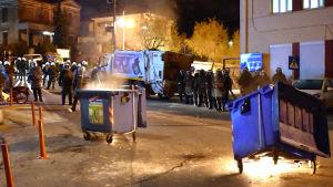 Soplådor brann under sammandrabbningarna i huvud- och hamnstaden Mytilini på Lesbos tidigt på tisdag morgon.