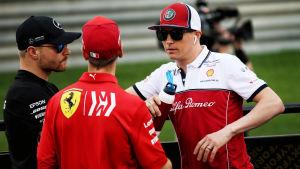 Valtteri Bottas, Sebastian Vettel och Kimi Räikkönen diskuterar.
