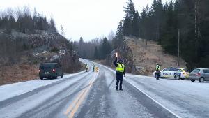 En polis stoppar en bilist på gränsen mellan Nyland och Egentliga Finland på Svartåvägen.