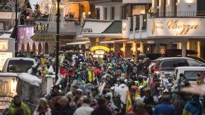 Gata i Ischgl packad med folk.