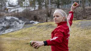 Susanne Ojaniemi tekemässä heittoharjoituksia kotipihassaan Koronakriisin aikana.
