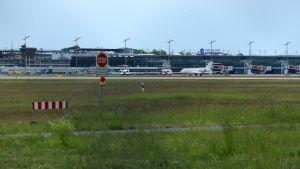 Vid flygfältet i Nürnberg står endast några flygplan parkerade då trafiken står still på grund av coronaviruset