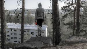 Dramatisoitu kuva jossa lapsi seisoo korkealla kallionkielekkeellä katsoen alas.