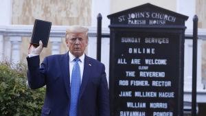 Trumps vandring och uppträdande vid en kyrka nära Vita huset har fått omfattande, svidande kritik.