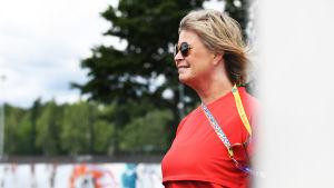 Helsinki Cups vd Kirsi Kavanne poserar iklädd en röd tröja.