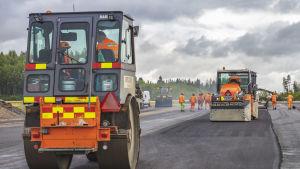 Tikkakosken lentoaseman kiitotietä asfaltoidaan.