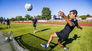 Två fotbollsspelare under en träning.