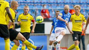 Moldes Eirik Hestad gör mål i matchen mot KuPS.