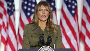 Melania Trump taustallaan USA:n lippuja.