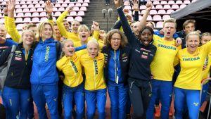 Sveriges landslag firar seger i Sverigekampen 2020.