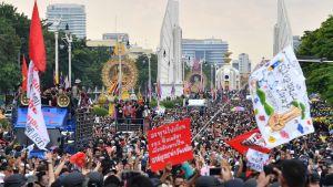 Regeringskritiska demonstranter samlades till massdemonstration i Bangkok på onsdagen.