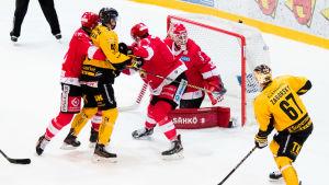 Jarno Koskiranta sätter in pucken mot Sport.