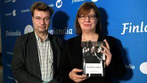 "Marko Tikka och Seija-Leena Nevala med boken ""Kielletyt leikit""."