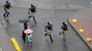 Belarusisk polis i samband med en demonstration mot regeringen i Minsk 29.11.2020