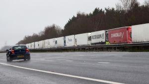 Frakten från Storbritannien blockeras och långtradare parkerar avsides i väntan. 21.12.2020