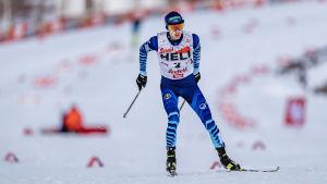 Ilkka Herola åker skidor i ensamt majestät.