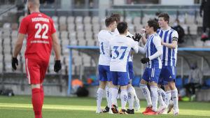 HJK-spelare firar mål.