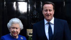 Drottning Elizabeth II och David Cameron utanför Downing Street 10