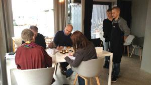 Jessica Kock och Tommy Nyholm från Skogsjö gård presenterar sin rätt för juryn.