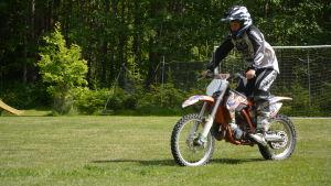 Arttu Antikainen kör motocross.