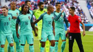 En bollpojke poserar med Portugals herrlandslag i fotboll.