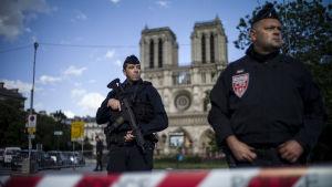 Poliser övervakar läget utanför Notre Dame efter att en man beväpnad med en hammare attackerade en polis.